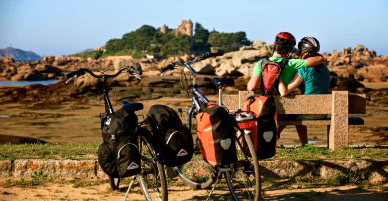 Cyclistes en pause sur un banc