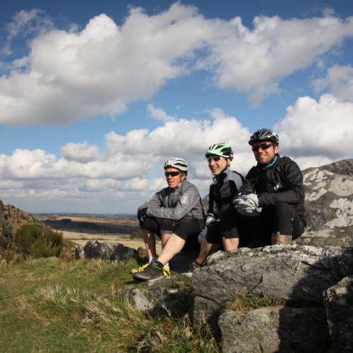 Cyclistes passionnés font une pause sur un rocher Abicyclette Voyages