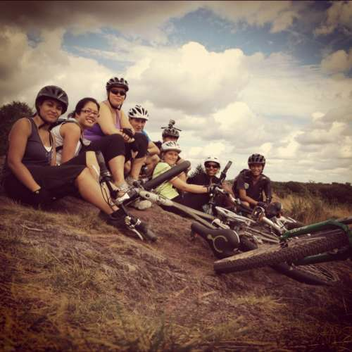 Groupe de cyclistes fait une pause