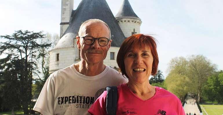 Un couple heureux a chenonceaux lors d'un voyage a velo avec abicyclette