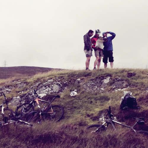Groupe à vélo regardant une carte