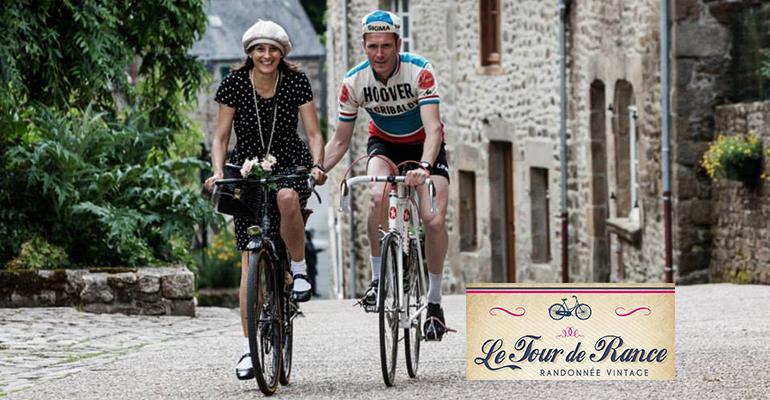 Couple en tenue vintage sur leurs vélos Le Tour de Rance, randonnée vintage Abicyclette Voyages