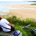 Week-end à vélo en amoureux couple regardant une plage