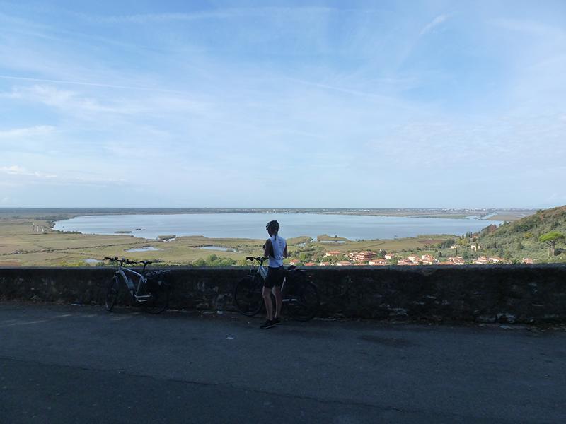 Femme à vélo devant un lac Abicyclette Voyages