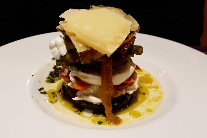 Assemblage d'aliments supersposés dans assiette Abicyclette Voyages
