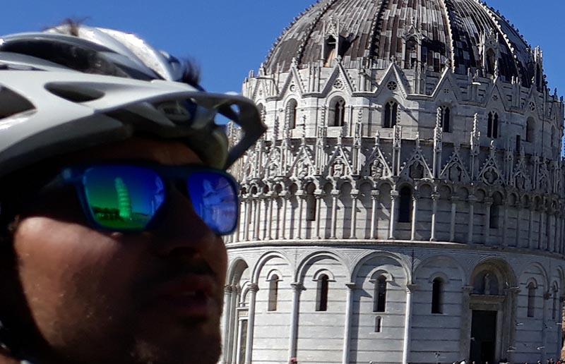Cycliste devant un monument historique Abicyclette Voyages