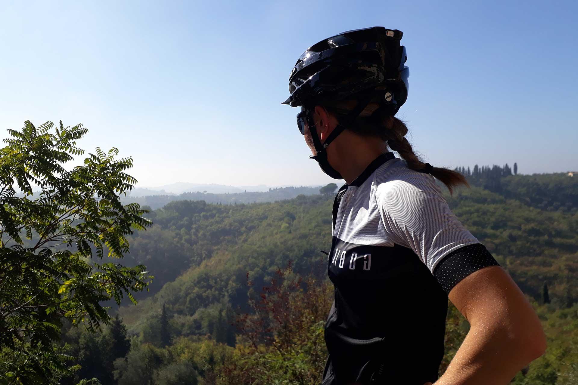 Femme devant panorama Abicyclette Voyages