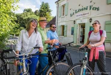4 cyclcistes devant un restaurant accueil-sejour-velo-abicyclette-voyages
