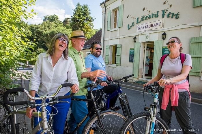 4 cyclcistes devant un restaurant accueil-sejour-velo
