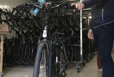 Préparation des vélos à l'atelier