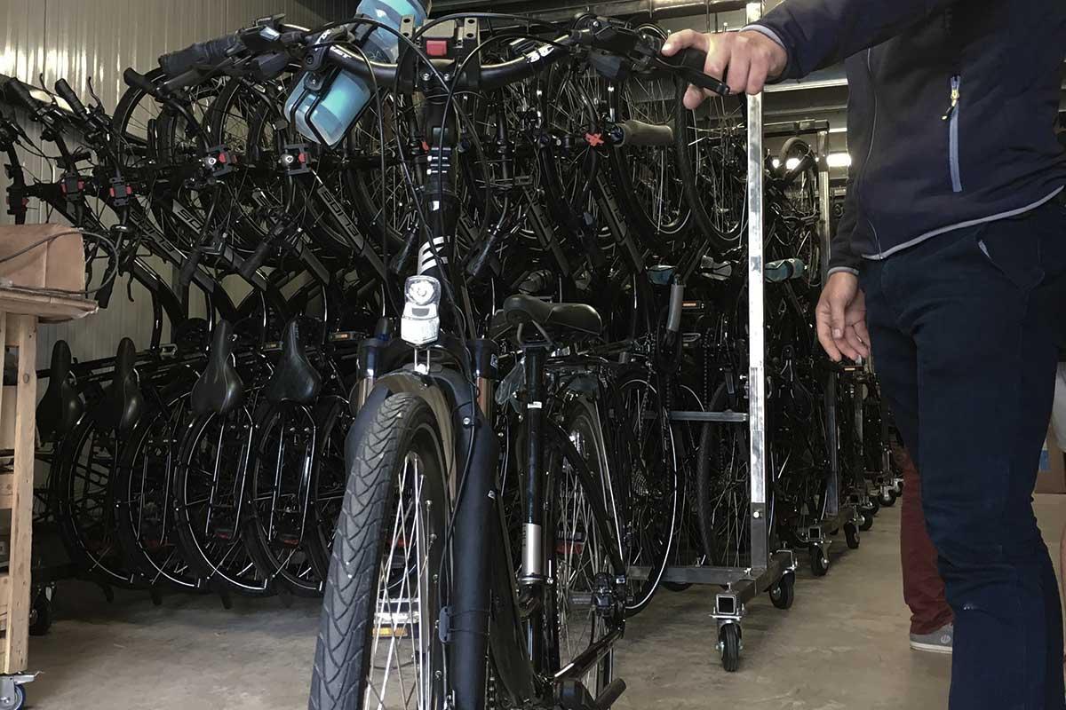 Préparation des vélos à l'atelier Abicyclette Voyages