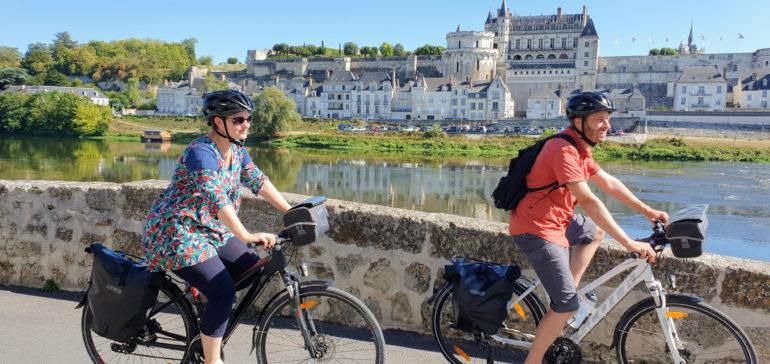 Couple à vélo face au château d'Amboise