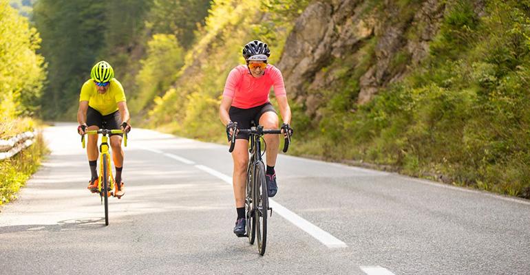 cycliste maillot jaune et cycliste maillot rose route du vercors