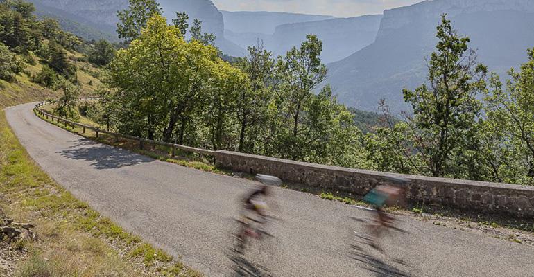 cycliste à pleine vitesse sur une route du vercors