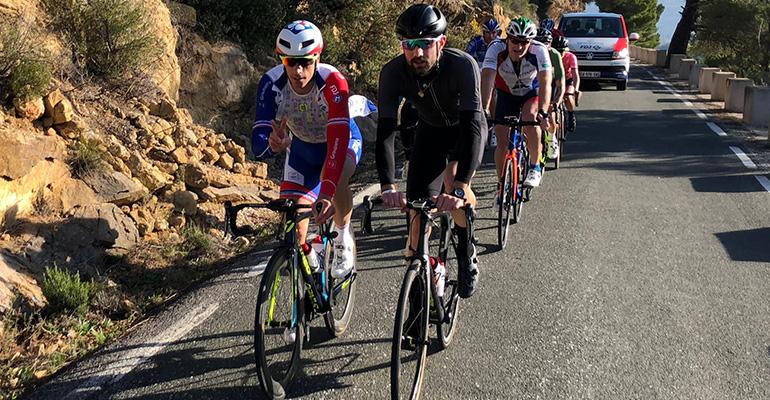 peloton de cyclistes avec Sébastien Chavanel maillot FDJ
