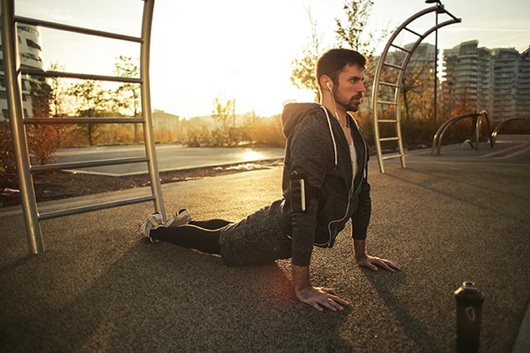 Homme faisant la posture du cobra
