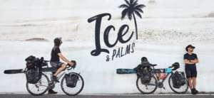 2 cyclistes avec leurs skis pour la traversée des alpes entre l'Allemagne et Nice