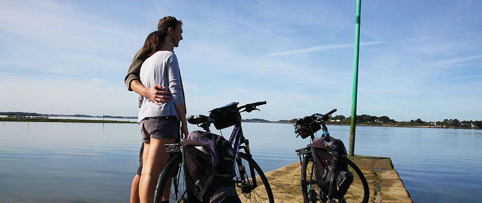 couple bike hug sea morbihan