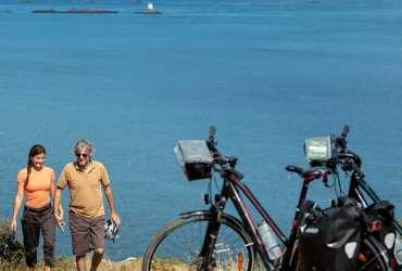 Couple se baladant au soleil avec vélos