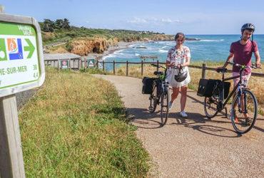 Couple à vélo en Véndée à proximité de la Tranche-sur-Mer