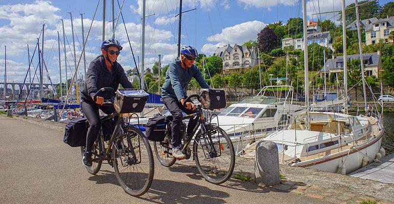 Couple à vélo sur le port