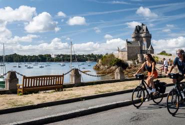 couple à vélo bord de Rance, Tour Solidor de Saint-Servan, un banc face aux bateaux