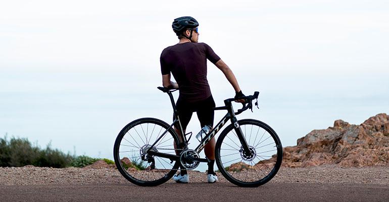 cycliste au bord de la mer cote granit rose route scott