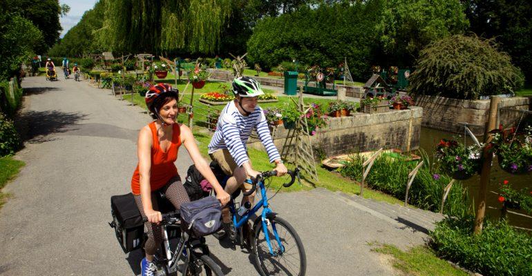 Couple de cyclistes le long du canal de Nantes à Brest