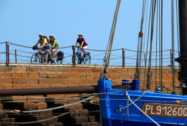 3 cyclistes longent le port