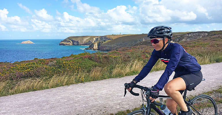 cycliste femme casque lunettes cap fréhel beau temps