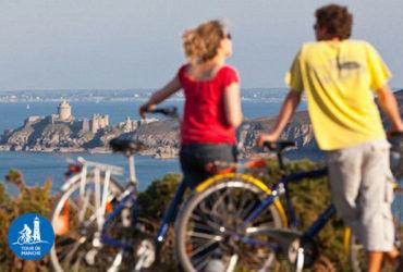 Couple de cyclistes regardant la mer Tour de Manche Facile