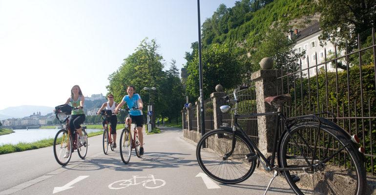 Groupe de cyclistes le long du Danube Le Danube de Passau à Vienne