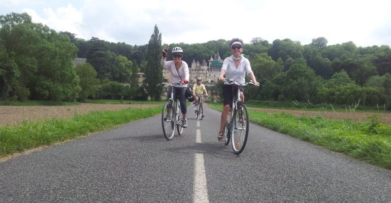 Cyclistes avec chateau en arrière-plan sur une route de la Loire à vélo Val de Loire : Patrimoine mondial Abicyclette Voyages à vélo