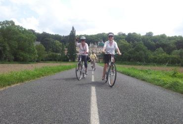 Cyclistes s'éloignant d'un chateau Loire à vélo 3 de Tours à Angers Abicyclette Voyages à vélo