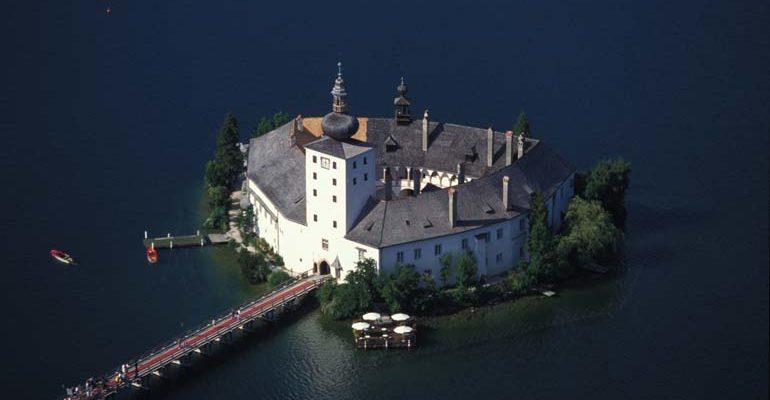 Monastère au milieu d'un lac Salzbourg et le pays des lacs à vélo Abicyclette Voyages