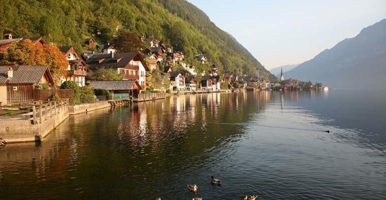 Village entre lac et montagne Salzbourg et le pays des lacs à vélo Abicyclette Voyages
