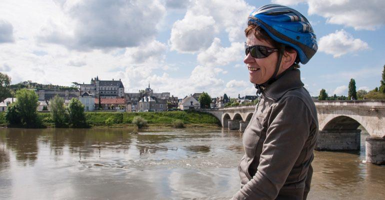 Femme casquée devant la Loire au loin le chateau d'Amboise La Vallée des rois de Blois à Tours