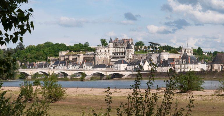 Chateau d'Amboise et la Loire depuis la rive droite Loire à vélo Val de Loire : Patrimoine mondial Abicyclette Voyages à vélo