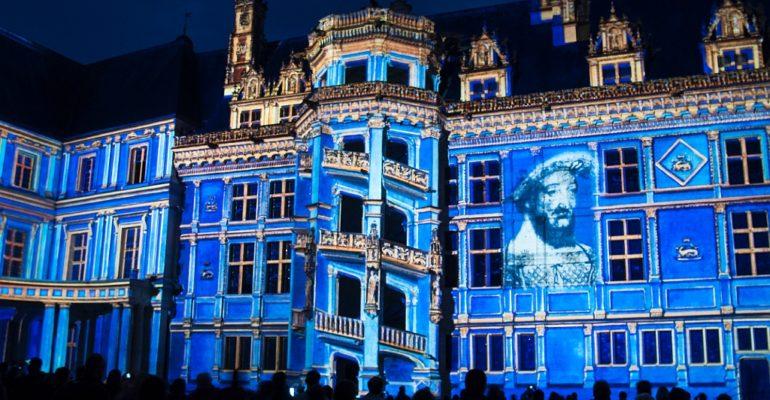 Spectacle lumineux sur la façade du chateau de Blois Le pays des châteaux à vélo Abicyclette Voyages