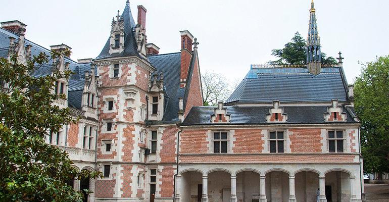 Batiment historique à Blois Le pays des châteaux à vélo Abicyclette Voyages