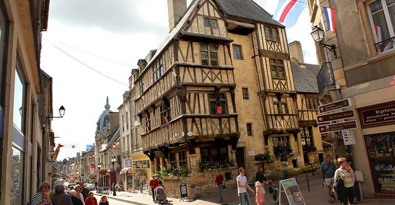 Maisons à colombages dans le centre historique de Bayeux Bayeux et la Côte de Nacre Abicyclette Voyages à vélo