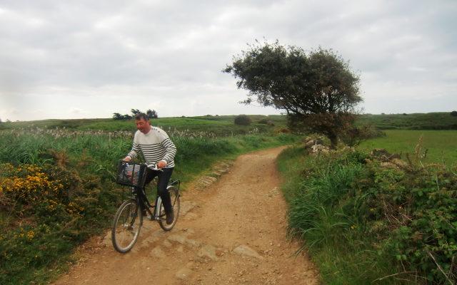 Homme à vélo sur une chemin de terre Les îles vendéennes à vélo