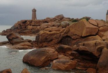 Phare et maison en pierre sur la côte de granit rose Le Tour de Manche à vélo