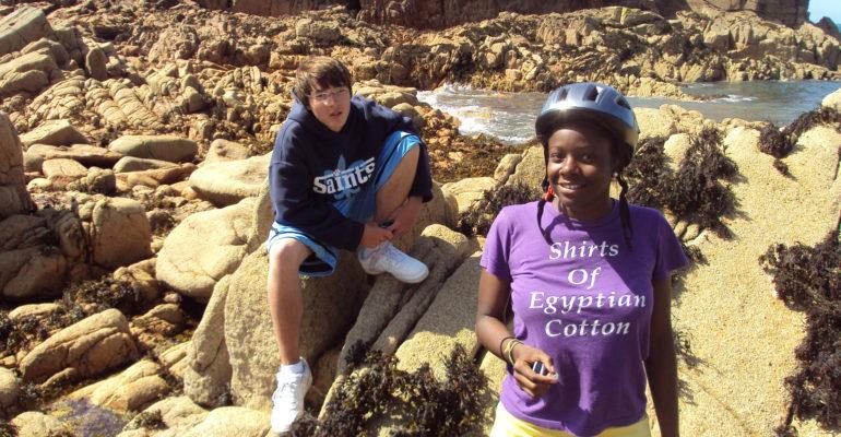 Cyclotouristes font une pause sur les rochers La Côte de Granit Rose à vélo Abicyclette Voyages