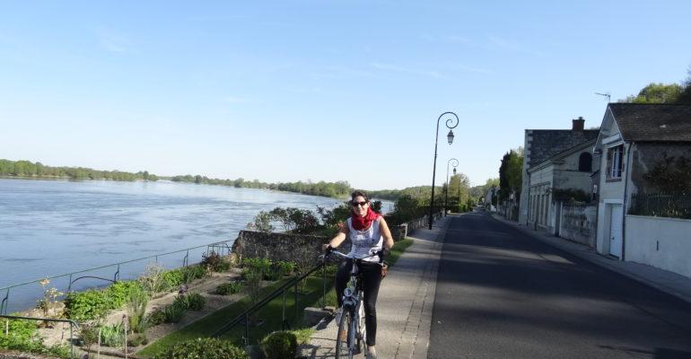 Femme à vélo sur les bords de Loire Loire à vélo 3 de Tours à Angers Abicyclette Voyages à vélo