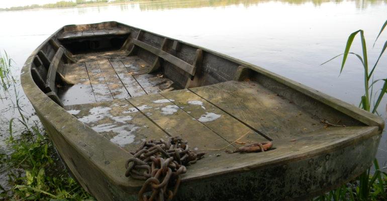 Vieille barque en bois sur la Loire Balade en bords de Loire de Tours à Saumur Abicyclette Voyages à vélo