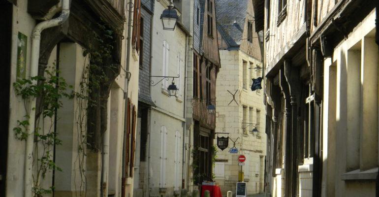 Ruelle pavée et maisons en pierre et à colombage Balade en bords de Loire de Tours à Saumur Abicyclette Voyages à vélo