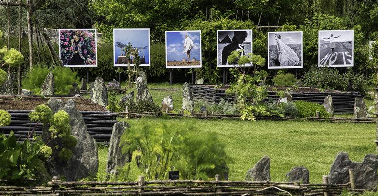 Exposition de photo dans un jardin Abicyclette Voyages à vélo