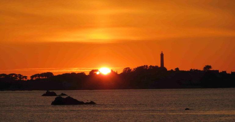 Soleil couchant sur l'ile de Batz La Bretagne de port en port à vélo Abicyclette Voyages