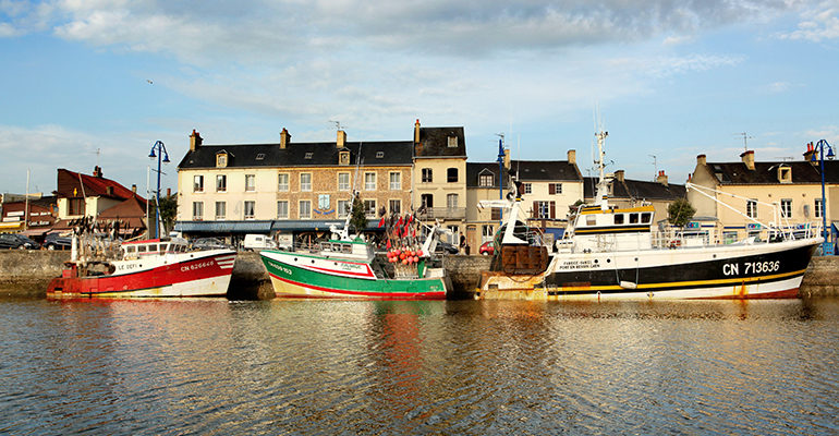 Bateaux de pêche à Port en Bessin De Saint-Malo aux plages du débarquement Abicyclette Voyages à vélo